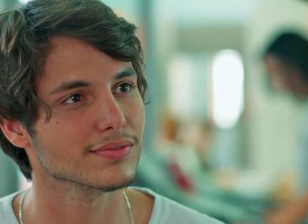 Lucas descobre namoro de Juliana e Jabá