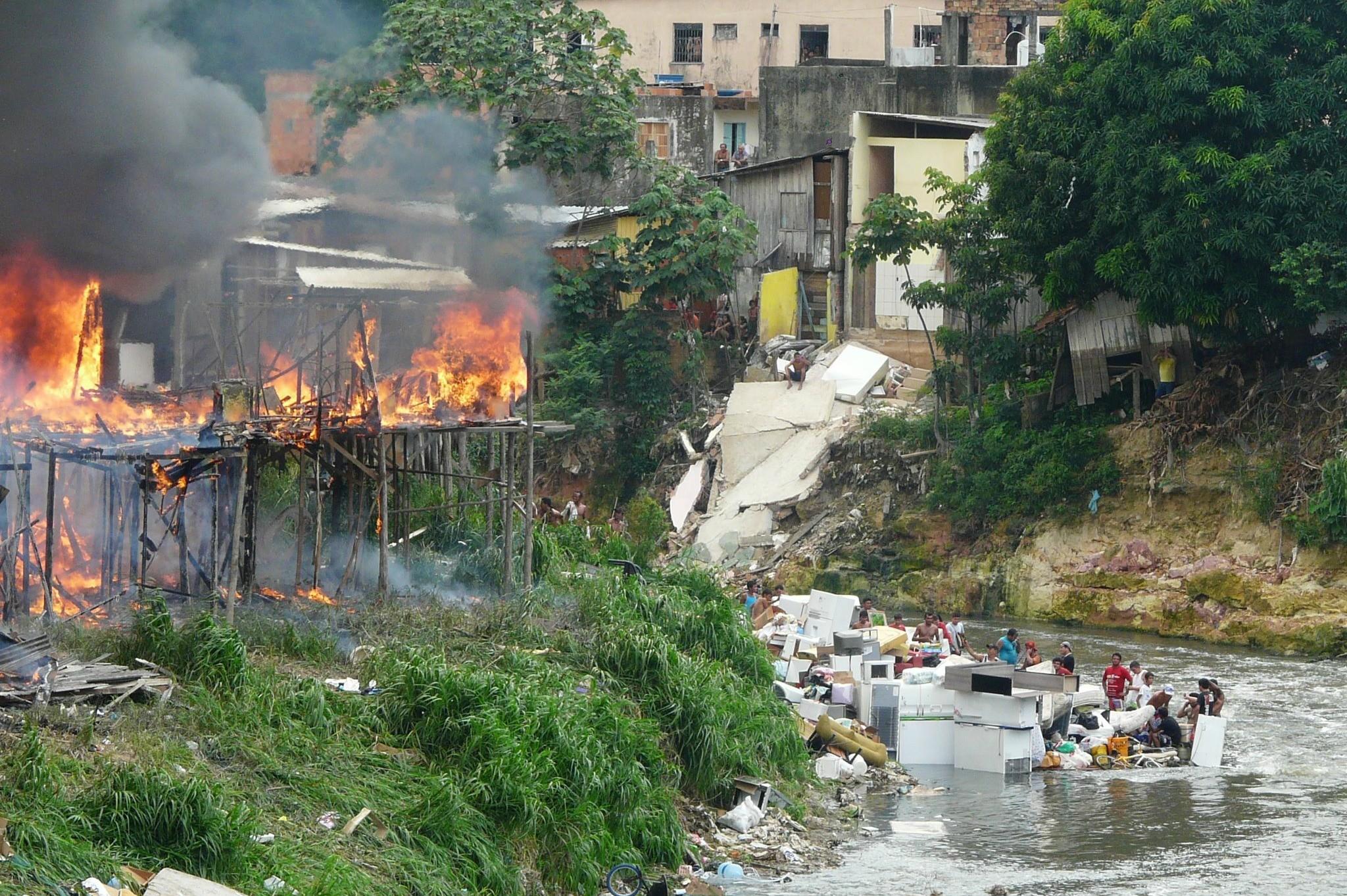 Famílias que enfrentaram incêndio em Manaus jogaram objetos no igarapé para salvar do fogo (Foto: Carlos Eduardo Matos/Rádio Amazonas FM)