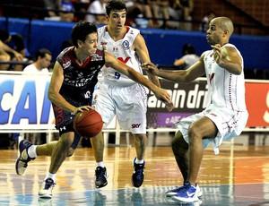basquete nbb Helinho, do Uberlândia, e Paulinho Boracini e Joe Smith, do Pinheiros (Foto: João Pires / Divulgação)