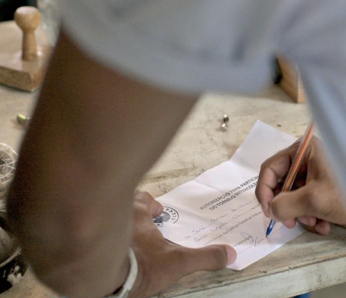 Para participar da competição, Cascudo falsifica a assinatura de Durão (Foto: TV Globo)