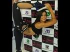 Aline Riscado mostra flexibilidade em evento de roupa esportiva