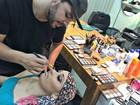Jovem faz do hobby trabalho, maquia famosos e alegra paciente com câncer