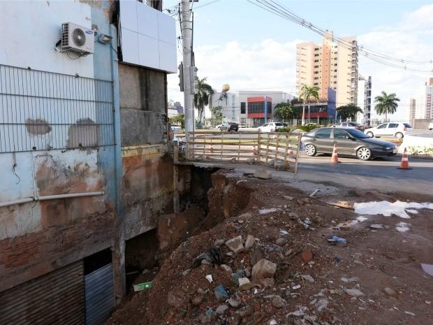 Desmoronamento abriu buraco em pista lateral da trincheira Jurumirim. (Foto: Marcos Vergueiro)