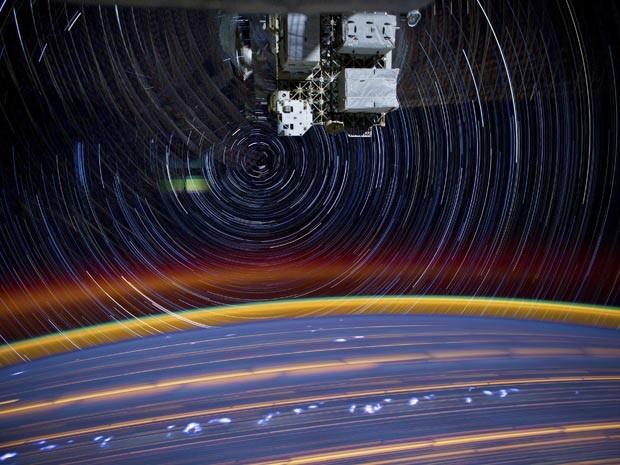 """Nasa capta imagem de uma câmera montada na Estação Espacial Internacional (ISS, na sigla em inglês) na órbita terrestre, enquanto ela gira em torno de um rastro de estrelas. A """"paisagem psicodélica"""" foi criada a partir da junção de 18 imagens captadas a cada 30 segundos pela câmera. (Foto: Reuters/Nasa)"""