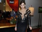 Bárbara Paz usa blusa transparente em premiação