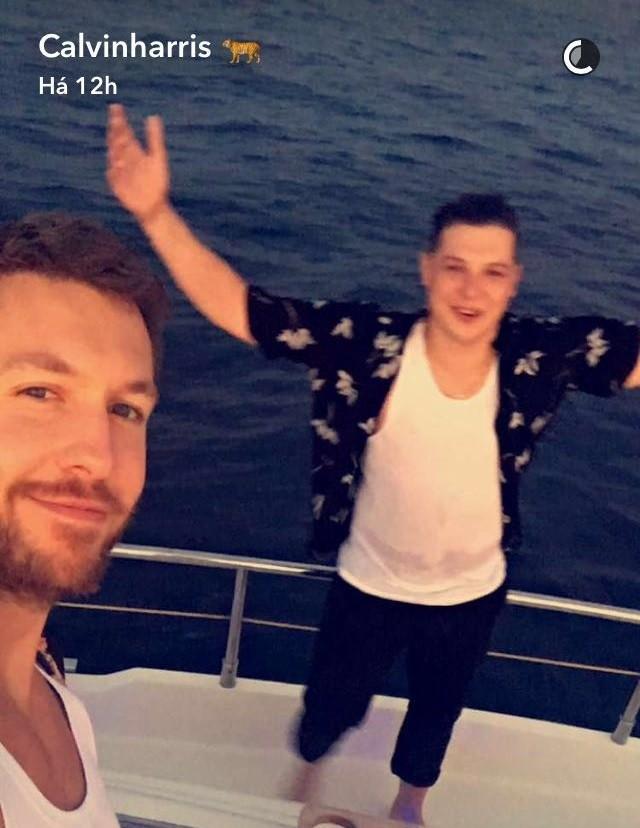 Calvin Harris fez snaps em passeio de barco com amigos e fs acharam que houve provocao a Taylor Swift (Foto: Reproduo/Snapchat)