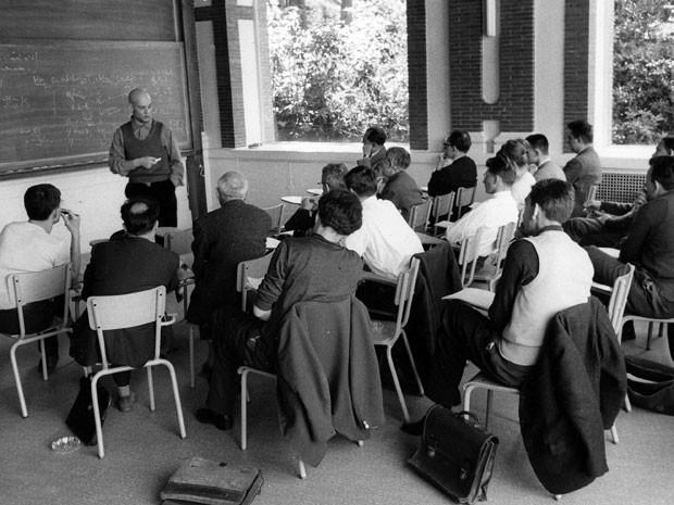 Foto divulgada pelo High Scientific Studies Institute mostra o matemático Alexandre Grothendieck lecionando em Paris, na década de 1960 (Foto: AP Photo/IHES)