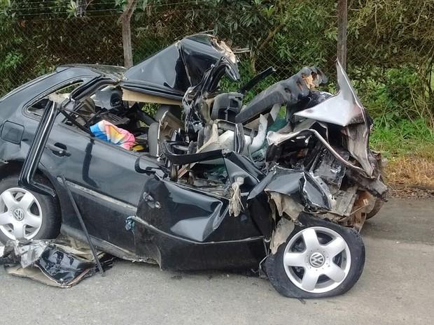Gol ficou destruído ao bater em caminhão em Timbó (Foto: PMRv/Divulgação)