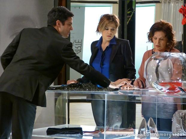 Félix convence Tamara de botar seu nome na empresa (Foto: Amor à Vida / TV Globo)