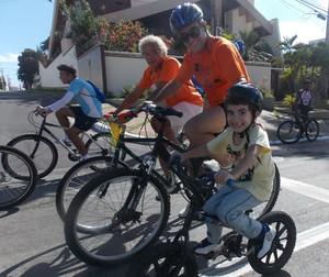 Família pedalando no passeio ciclístico Pedala São Luís (Foto: Bruno Alves/Globoesporte.com)