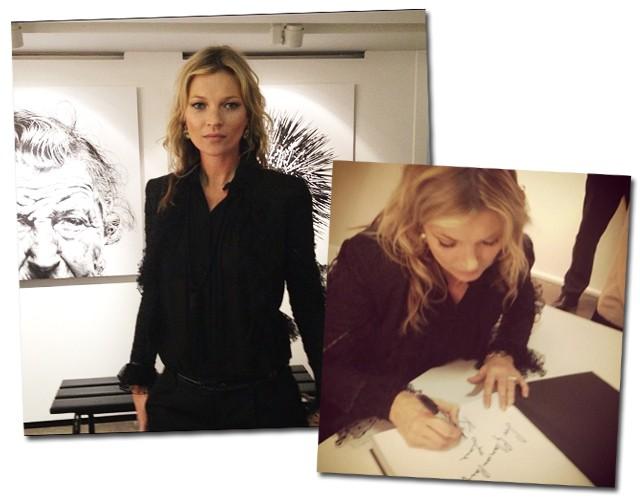 Kate Moss vestiu look preto durante a sessão de autógrafo de seu livro na Colette Paris (Foto: Reprodução/Instagram)