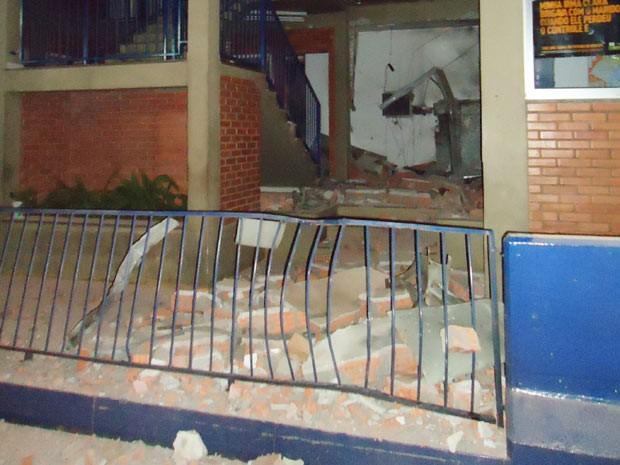 Sala ao lado das cabines de pedágio ficou danificada (Foto: Polícia Civil/Divulgação)