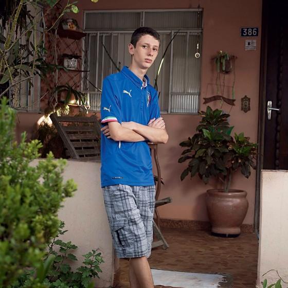 Vinícius Franco,16 anos.Sofre discriminação de colegas e de professores na escola desde o primeiro ano (Foto: Rogério Cassimiro/ÉPOCA)