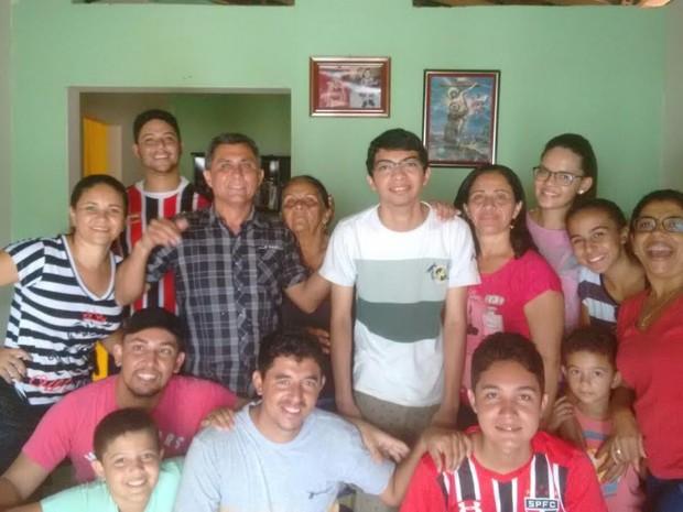 Família comemora aprovação de Sergio no Sisu (Foto: Sergio dos Santos/Arquivo Pessoal)
