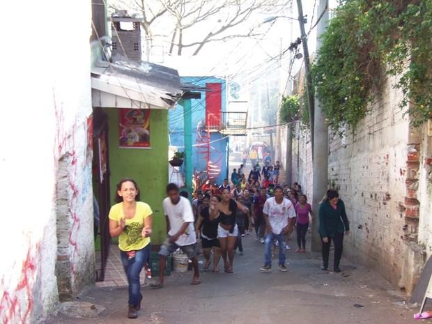 Após a morte do morador, comunidade protestou (Foto: João Laud/RBS TV)