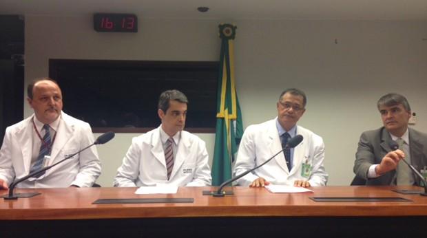 Integrantes da junta médica da Câmara durante entrevista coletiva sobre avaliação do deputado licenciado José Genoino (Foto: Nathalia Passarinho / G1)