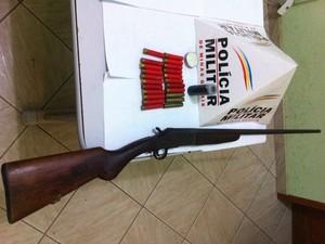 Arma apreendida com o suspeito foi levada à delegacia da cidade. (Foto: Divulgação/6º BPM)