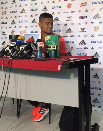 Everton concede coletiva na Gávea, Flamengo (Foto: Isabella Pina/GloboEsporte.com)