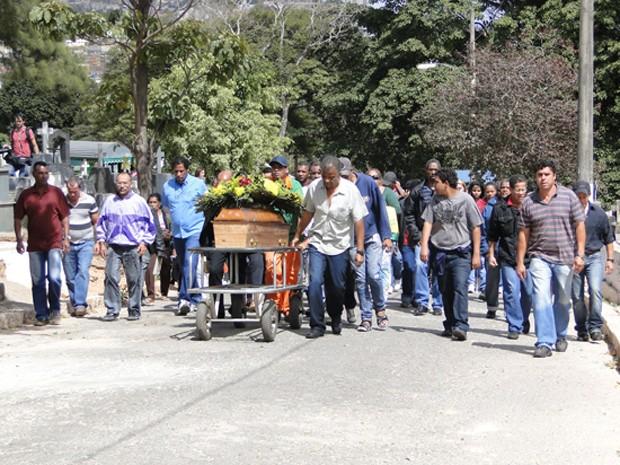 Cortejo de família e amigos no sepultamento de Sérgio Rosa Sales. (Foto: Pedro Triginelli/G1)