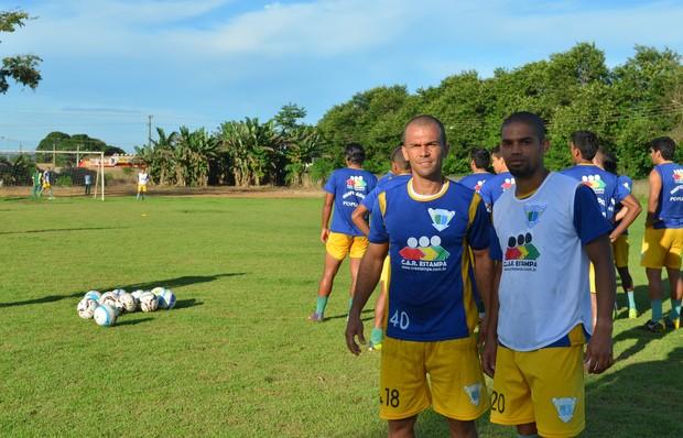 Edson (de branco), e Edilson se apresentaram ao time (Foto: Franciele do Vale)