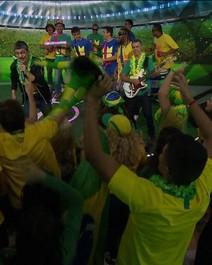 Monobloco toca música da torcida do Brasil na Copa
