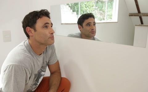 Gilmar ensina a fixar um espelho na parede
