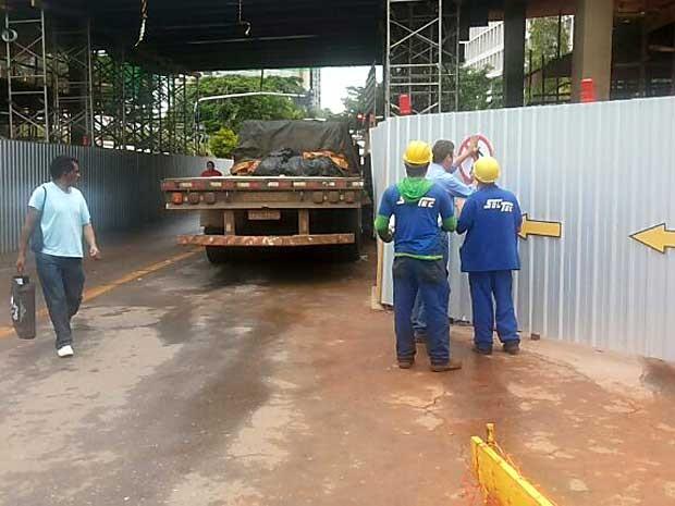 Funcionários de obra instalam sinalização sobre proibição de trânsito de pedestres (Foto: Isabella Formiga/G1)
