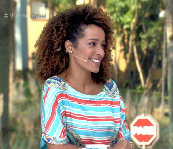 Aline Prado usa penteado para o lado (Foto: Vídeo Show / TV Globo)