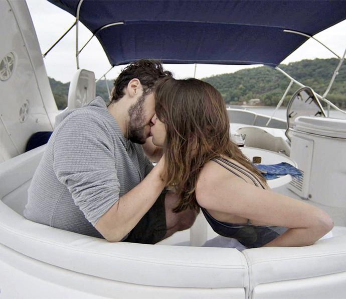 Camila beija Giovanni depois de ser convencida das intenções dele (Foto: TV Globo)