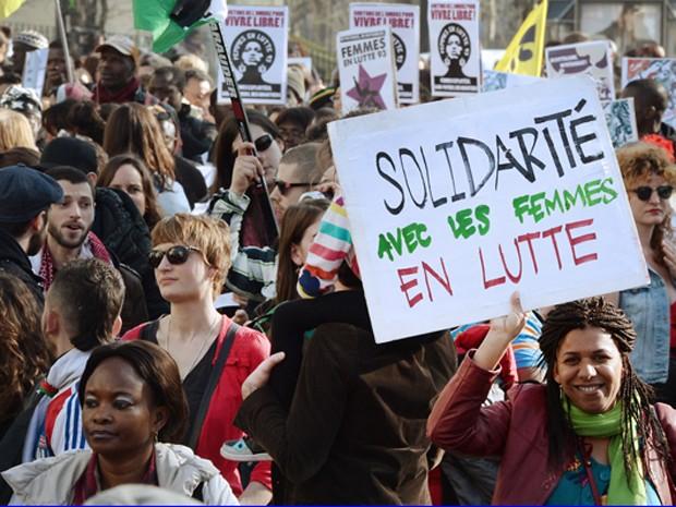 Protesto no Dia Internacional das Mulheres aconteceu ao redor da Praça da Bastilha (Foto: Pierre Andrieu/AFP)
