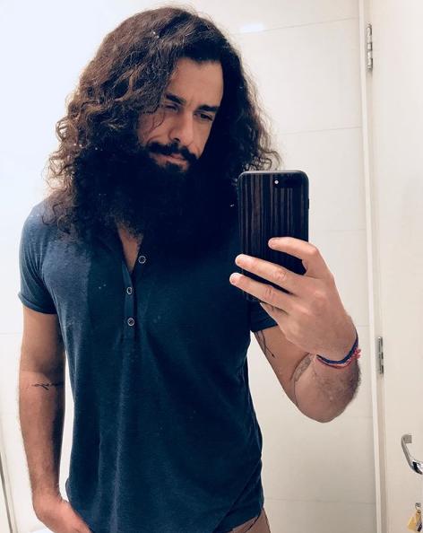 Joaquim Lopes com os cabelos de Olegário nos primeiros capítulos da trama (Foto: Reprodução)