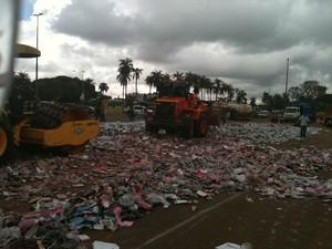 Unidades de óculos falsificados são destruídos após apreensão. (Foto: Roger Hayas/Abióptica/Divulgação)