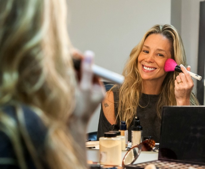 Danielle Winits ensina maquiagem nos bastidores de Tomara que Caia (Foto: Artur Meninea/Gshow)