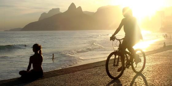 O livro Think Rio, de Riccardo Giovanni, desvenda expressões, gírias e hábitos dos cariocas (Foto: Reprodução)