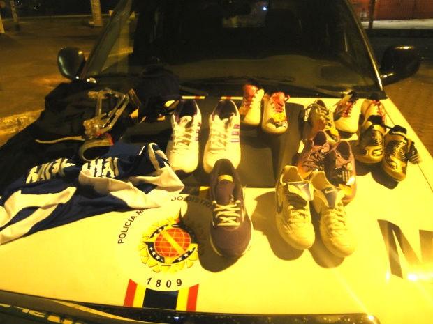 Pares de chuteiras encontradas com dois suspeitos de furtar loja no Gama (Foto: Polícia Militar/Divulgação)