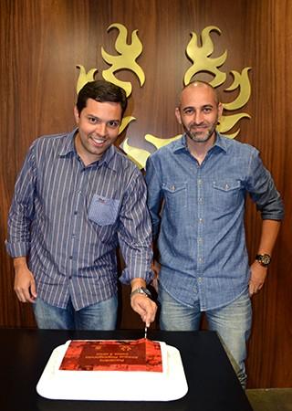 Daniel e Jean cortaram o bolo recebido da TV Fronteira (Foto: Marketing/TV Fronteira)