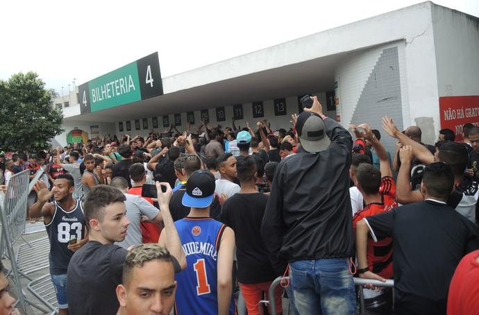 Tumulto fila Maracanã torcida do Flamengo (Foto: Marcelo Baltar/GloboEsporte.com)