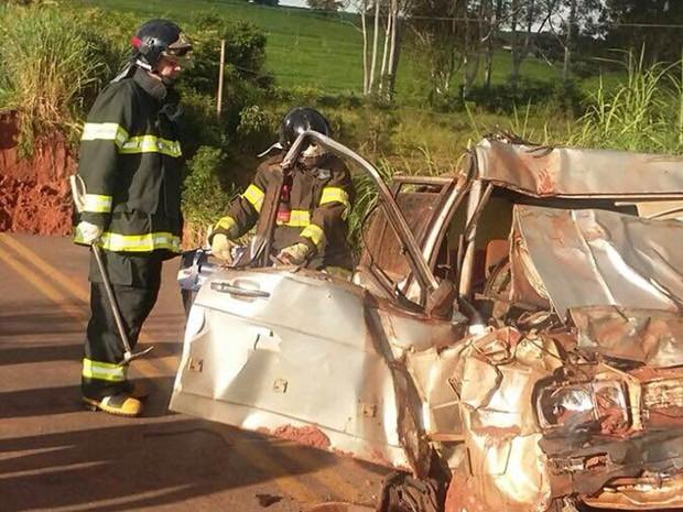 Carro ficou totalmente destru�do (Foto: Adilson Baio/colabora��o)