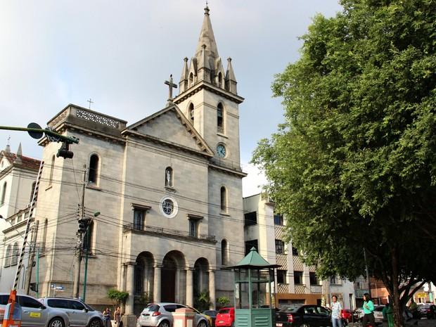 Igreja de São Sebastião carrega lendas sobre o que teria acontecido com o segundo sineiro (Foto: Jamile Alves/G1 AM)