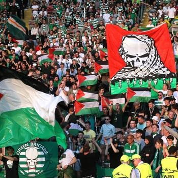 Celtic seguram bandeira da Palestina contra o Hapoel Be'er-Sheva (Foto: Reuters)
