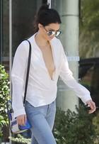 Kendall Jenner usa blusa mega decotada e quase mostra tudo; fotos