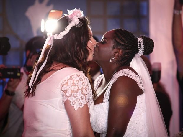 Mayara (esq.) e Naira se beijam após se casarem na capela do Rock in Rio (Foto: Fábio Tito/G1)