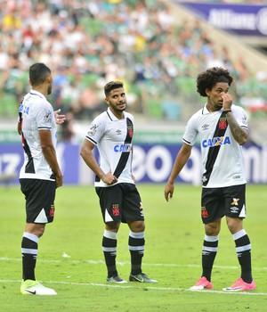 Jogadores do Vasco conversam durante jogo contra o Palmeiras (Foto: Marcos Ribolli)