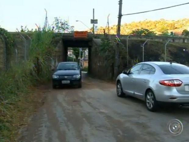 Túnel apertado atrapalha trânsito e pedestres (Foto: Reprodução/ TV TEM)
