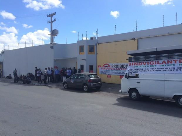 Mobilização é em frente a empresa no Trapiche (Foto: Michelle Farias/G1)