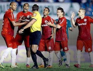 Internacional jogadores discutindo com árbitro jogo Goiás (Foto: Adalberto Marques / Agência Estado)