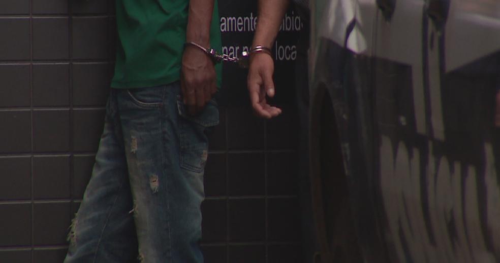 Presos dividem algema em delegacia da Região Metropolitana de Porto Alegre (Foto: Reprodução/RBS TV)