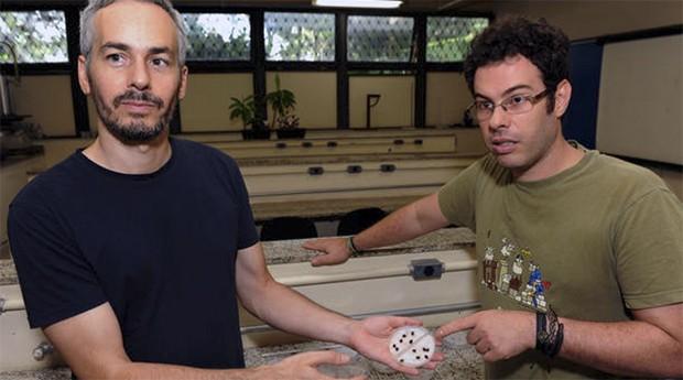 Alberto Teixido e Fernando Silveira, da Universidade Federal de Minas Gerais (UFMG), calculam deficiência de sementes (Foto: Estadão Conteúdo)
