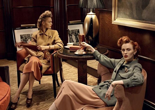 Sasha Pivovarova e Karen Elson     (Foto: Steven Meisel, Vogue US, setembro de 2009 )