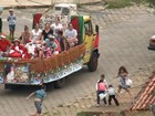 Caminhão de doces do 'casal Noel' cria 'maratona' de crianças por ruas